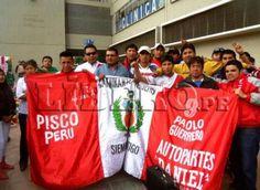 Hinchas peruanos recibieron a la selección nacional en Bolivia [FOTOS]
