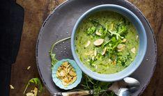 Lekker brokkolisuppe med ruccolasalat og hvitløk kan du like gjerne servere til hverdagsmiddag, som til forrett i et middagsselskap.