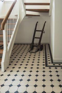 Afbeeldingsresultaat voor vloertegels patroon steen hal Tiled Hallway, Home Interior Design, Home Kitchens, Tile Floor, Sweet Home, Stairs, Furniture, Home Decor, Google
