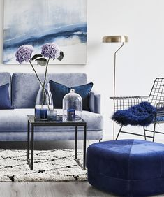 In love with Navy! The deep shade of blue brings freshness and modernity to your four . - Trends We Love ♥ Interior Living Room Carpet, Rugs In Living Room, Home And Living, Home Room Design, Living Room Designs, Sofa Design, Interior Design, Blue Living Room Decor, European Home Decor