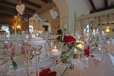 Tischdekoration zur Hochzeit mit roten Rosen und weißen Calla