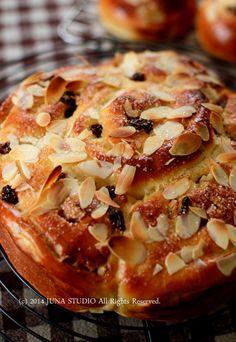 Bread Bun, Bread Cake, Korean Kitchen, Dried Fruit, Food Menu, Apple Pie, Baking Recipes, Baked Potato, French Toast