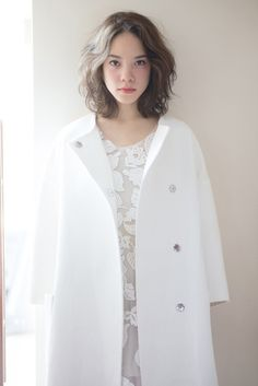 シュワルツコフオンライン 空気をたっぷり含ませたミディアムヘアは スモーキーなカラーが映える。 - ミディアムヘアスタイル - ヘアカタログ Medium Hair Styles For Women, Medium Short Hair, Schwarzkopf Professional, Vogue Japan, Salon Style, Girl Hairstyles, Medium Hairstyles, Asian Girl, Chef Jackets