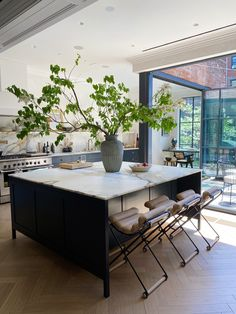 Kitchen Interior, Kitchen Decor, Kitchen Design, Indoor Outdoor Kitchen, Haus Am See, Cuisines Design, Interior Design Inspiration, Home And Living, Home Kitchens