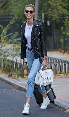 How Karlie Kloss Styles the Same Pair of Jeans Three Different Ways in 24 Hours : Teen Vogue waysify Karlie Kloss Street Style, Model Street Style, Fall Fashion Outfits, Casual Outfits, Jenifer Aniston, Leather Jacket Outfits, Leather Jackets, Facon, Jeans Style