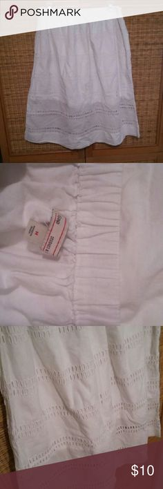 Gap white skirt sz.M Gap white skirt sz.M Excellent used condition  Stretchband in waist...hidden side pockets... Length 26 inches GAP Skirts