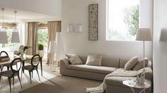 Divano angolare dalle tinte grezze - Colori chiari e tessuti grezzi per un divano angolare per la casa.