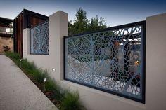 schöner Zaun aus Metall- und Massivbauelementen