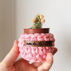 • cachepôs baby • produção com tag personalizada ✨ . . . #croche #crocheting #crochetersofinsragram #crochet #handmade #loveit #crochetlove #brasil #feitoamao #decorar #working #color #design #arte #art #curitiba #tramaria #ctba #organizar #artesanato #fiodemalha #moda #brasil #decoracao #decor #interiores #design #knit #decorar