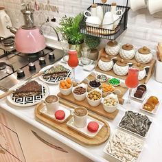 Food Table Decorations, Food Decoration, Breakfast Around The World, Breakfast Bread Recipes, Dining Etiquette, Brunch Party, Food Platters, Time To Eat, Food Design