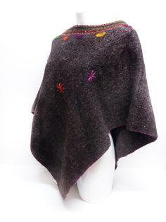 Chal de lana gris obscuro con discreto bordado de soles #Chal #Invierno #Lana