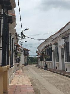 La parte histórica de Santa Cruz de Mompox la conforman tres calles: la Albarrada, la calle del medio y la calle de atrás. Saints, Santa Cruz, Street, Cities