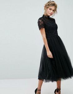10cee5a7f5d9 Vestiti da cerimonia corti, donna vestita con un abito di colore nero con  tulle e