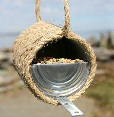 Binnenkort leggen de vogels weer eitjes. Maar hoe lok je de vogels naar je tuin? Het antwoord is dichterbij dan je denkt, ga creatief aan de slag en maak je eigen vogelhuisjes. Naast het feit dat het een leuke bezigheid is, kun je ook jouw kinderen meetrekken in het creatieve proces.