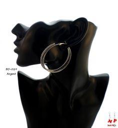 Boucles d'oreilles triple anneaux argentés avec paillettes.