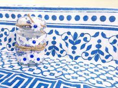 Personaliza todo con Arkes: Bote de cristal reciclado con flores azules