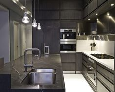 Modern kitchen cabinets in East 22nd Street, NYC #ideas http://amzn.to/1sSjjIl | #HOMEDESIGN #apartement #accentwalls