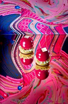 Nez de Clown Sur une base de financier pistache, une coque très fine de chocolat noir enrobée d'un glaçage magenta, révèle un coeur coulant à la Griottine de Lorraine, équilibré par un crémeux à la pistache #patisserie #FeteForaine #Summer #Sweet