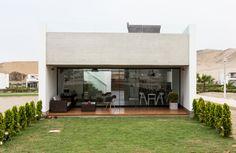 Wooden Facade, Concrete Facade, Wooden Gates, House With Balcony, Design Exterior, Narrow House, Modern Backyard, Pool Houses, Belle Photo