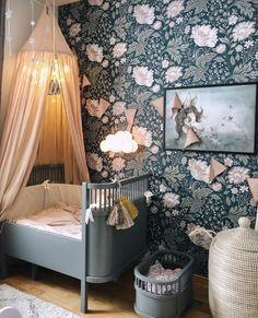Kinderkamer met het Sebra bed van Sebra, een vlaggenlijn dusty pink van Numero 74 en een falling star garland van Numero 74. Tassels ter decoratie aan het bedje zijn van Bonet et Bonet en de poster is van Mrs Mighetto. Foto is van @josefineingela op instagram. #kidsroomdecor #nurserydecor #decoratie #hemeltje #klamboe #bedhemel #canopy #homedecor #slaapkamer #bedroom #kids #baby #toddler #idee #ideas