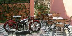 12 αθηναϊκά καφενεία για καφέ στη λιακάδα Sidewalk Cafe, Coffee Places, Acropolis, Outdoor Furniture Sets, Outdoor Decor, Athens, Bar Stools, Greece, Traditional