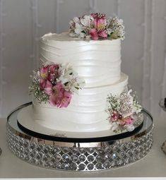 The cake is one of the biggest stars of any party and the possibilities of decoration are many. To make the right choice, a great suggestion is to invest Wedding Cake Photos, White Wedding Cakes, Wedding Cakes With Flowers, Fondant Wedding Cakes, Fondant Cakes, Cupcake Cakes, Mini Cakes, Lolly Cake, Artist Cake