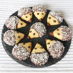Hedgehog cookies - so cute! Recipe in Swedish but lots of step by step pictures Cupcakes, Cupcake Cookies, Swedish Cookies, Hedgehog Cookies, Good Food, Yummy Food, Fun Food, Biscuits, Butter Cookies Recipe