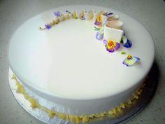 Candida ed elegante, perfetta anche per una cerimonia, è tanto bella quanto golosa, con un biscotto al cacao e una namelaka al cioccolato bianco, il tutto avvolto da una morbida bavarese al caffè... Fun Desserts, Delicious Desserts, Torte Recepti, Mirror Glaze Cake, Modern Cakes, Homemade Birthday Cakes, Torte Cake, Cakes For Women, Mousse Cake
