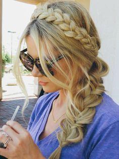 Veja nos vídeos como fazer tranças em casa, aprenda várias dicas com hairstylists e confira diversas fotos com ideias diferentes de penteados com trança.