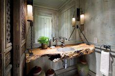 salle de toilette aménagée avec un plan vasque bois brut live-edge et un lambris mural en bois grisâtre
