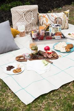 Beautify your outdoor dining with this easy DIY painted picnic blanket. In no time at all, you'll have a great spot to enjoy food, drinks and games! Gluten Free Picnic, Gluten Free Party Food, Picnic Blanket, Outdoor Blanket, Beach Meals, Free Summer, Live Free, Food For A Crowd, Diy Painting