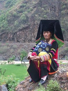 e448d2a40 Yi woman in traditional dressing Traditional Fashion, Traditional Chinese, Traditional  Outfits, Chinese Language