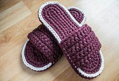 Crochet Slippers with T-Shirt Yarn Crochet Shoes Pattern, Crochet Baby Shoes, Crochet Clothes, Crochet Patterns, Diy Crochet Slippers, Crochet Diy, Love Crochet, How To Make Shoes, Crochet Purses