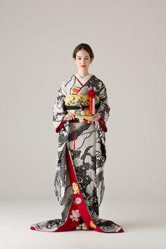 オーセンティック(Authentique) 鎌倉 引き振袖 Kimono Japan, Japanese Kimono, Traditional Fashion, Traditional Outfits, Geisha, Kabuki Costume, Modern Kimono, Japanese Costume, Wedding Kimono