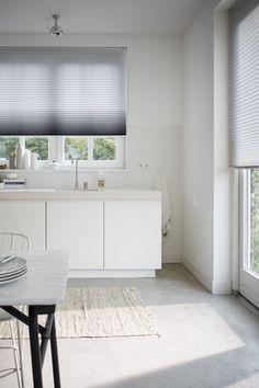 Houd rekening met: Vocht- en vuilbestendigheid 💦Schoonmaken 🧼Privacy & lichtinval 👀 | plissé gordijn | rolgordijn | window blinds | kitchen blinds above sink ideas | pleated blinds | raambekleding keuken openslaande deuren raamdecoratie keuken | witte keuken wit blad marmer composiet | plisse gordijnen keuken wit | groot raam | dakraam keuken | luxaflex duette shades | wit wonen | vloerkleed in de keuken loper | kleed keuken | scandinavische keuken | minimalistische keuken Bathtub, Bathroom, Standing Bath, Washroom, Bathtubs, Bath Tube, Full Bath, Bath, Bathrooms