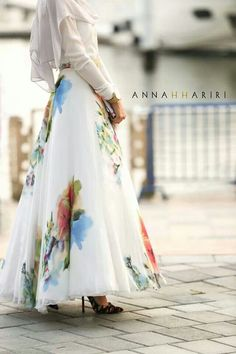I love this Silk Flower Maxi Skirt. I'm not sure I have an occassion to wear this but I love it! Islamic Fashion, Muslim Fashion, Modest Fashion, Hijab Fashion, Uk Fashion, Trendy Fashion, Daily Fashion, Moslem, Moda Outfits