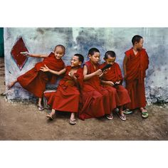 """Steve McCurry (@stevemccurryofficial) sur Instagram : """"Novice monks play at the Sera Monastery in Bylakuppe, India, 2001."""""""