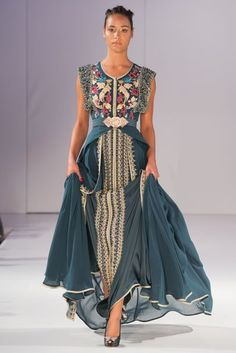 Caftan or takchita are gorgeous clothing compliments of Muslim women wardrobe. Abaya Fashion, Modest Fashion, Boho Fashion, Womens Fashion, Beautiful Gowns, Beautiful Outfits, Oriental Dress, Moroccan Dress, Caftan Dress