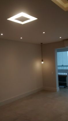 Sala com teto rebaixado tabicado com iluminação embutida.