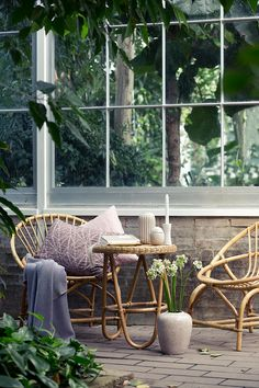 Terrasse rotin fauteuil osier et table basse Rattan Furniture, Garden Furniture, Outdoor Furniture Sets, Wicker Chairs, Hanging Chairs, Iron Furniture, Furniture Ideas, Outdoor Life, Outdoor Spaces