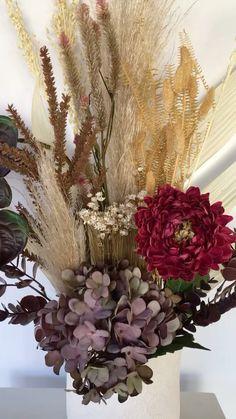 cassiaguimaraesoficial on Instagram: Arranjos de flores desidratadas são uma peça Única em uma decoração, podendo ser utilizado em diversos ambientes. Chic, atemporal e ao… Boho, Floral Wreath, Wreaths, Instagram, Flower Arrangements, Environment, Flower Preservation, Floral Crown, Door Wreaths