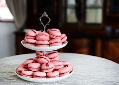 Cofetarul Ana Consulea, de la Zexe Cofeturi, te invata sa faci macarons - www.foodstory.ro Macarons, Afternoon Tea, Goodies, Low Carb, Sweets, Vegetables, Desserts, Recipes, Dios