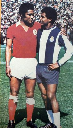 Eusebio de Benfica y Teófilo Cubillas en Porto. Fotografiados juntos en un partido de la Liga de Portugal en 1974.