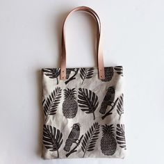 Large natural linen tote with natural vegetable-tanned leather straps Screen printed with non-toxic black ink Lined with natural cotton Diy Accessoires, Fabric Stamping, Diy Tote Bag, Ideias Diy, Jute Bags, Fabric Bags, Tampons, Cotton Bag, Handmade Bags