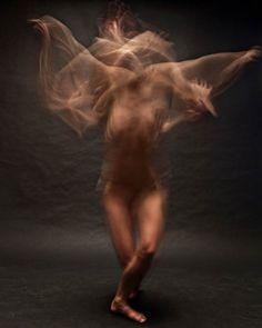 Dancers in motion par Bill Wadman. A tiré des portraits de danseurs en utilisant une vitesse d'obturation lente pour capturer leurs mouvements à travers ce flou artistique.