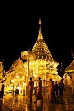 夺目的金顶 / Golden Pagoda by randomix, via Flickr - Wat Phra That, Doi Suthep, Chiang Mai, Thailand.