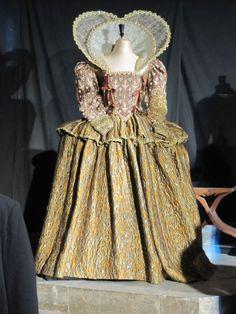 Helen Mirren as Queen Elizabeth I. Renaissance Mode, Costume Renaissance, Renaissance Fashion, Elizabethan Costume, Elizabethan Fashion, Elizabethan Era, 17th Century Clothing, 16th Century Fashion, 18th Century