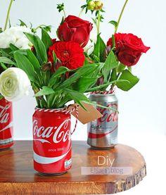 An easy DIY recycled floral arrangement using Coca-Cola cans! Coca Cola Party, Coca Cola Decor, Coca Cola Can, Always Coca Cola, Vintage Coca Cola, Anniversaire Pin Up, Cola Dose, Decor Eventos, Coca Cola Kitchen