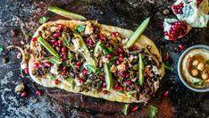 «Nan-pizza» er et juksetips som fungerer utmerket på travle dager og andre hverdagsfester. Denne marokkanske/tyrkiske utgaven er toppet med hummus, krydret kjøtt (som dufter og smaker som en krysning av jul og kebab), fetaost og granateplekjerner. Det tar litt tid å finne frem alle krydderiene, men bortsett fra det - er selve kokkeleringen ganske så fort gjort. Tips : Kjøttdeig av storfe kan erstattes med kjøttdeig av kylling, svin eller lam. Lam passer spesielt godt.