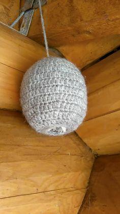 Asiantuntija epäilee, että teho perustuu joko villan ja ihmisen hajuun tai heiluvaan liikkeeseen. Crochet Bee, Ikebana, Handicraft, Diy And Crafts, Crochet Patterns, Crochet Tutorials, Projects To Try, Knitting, Home Decor